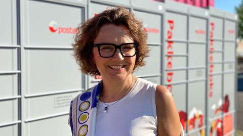 NY TJENESTE: Konsernsjef Tone Wille i Posten Norge er fornøyd med at det nå blir mulig å hente pakkene nær deg - når det passer deg. Her er hun foran pakkeboksen som står ved Obos sitt visningssenter på Fornebu i Oslo. Foto: Nina Lorvik (Mediehuset Nettavisen)