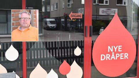 NYE DRÅPER: Ny logo er kommet opp på vinduene til baren i Torggata, men det drøyer ennå litt før dørene åpnes. – Vi bygger HC-toalett, sier bareier Lasse Eknes. FOTO: Vibeke Bjerkaas