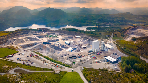 Dronefoto av det massive pukkverket til Velde på Sviland.