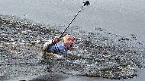 ISENDE KALDT: Freddy Pedersens ansiktsuttrykk er ikke til å ta feil av. Det er iskaldt i vannet.