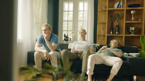 LITE KORONA: Eirik Hvattum Bjørnstad (i midten) er lei koronapandemien. På nyåret har den nye sesongen av «Hvite gutter» premiere på TVNorge og Dplay. Den tar ikke utgangspunkt i pandemien, selv om innspillingen har vært preget av strenge retningslinjer for å ivareta smittevernet.