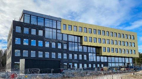 KALNES: Administrasjonsbygget er reist på en av nabotomtene til Sykehuset Østfold på Kalnes.  Det erl lagt vekt på at bygningen glir inn i de øvrige omgivelsene..