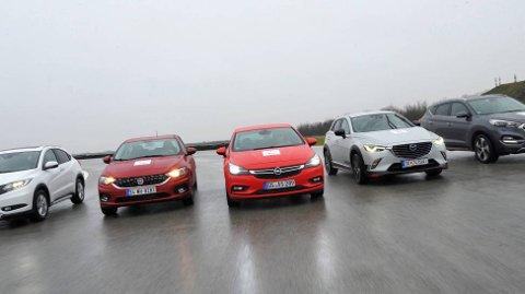 De fem kandidatene sammen på testanlegget. Fra venstre til høyre: Honda, Fiat, Opel, Mazda og Hyundai.