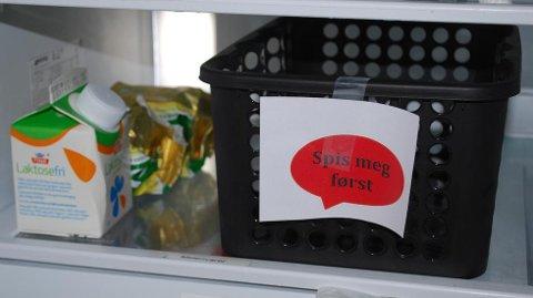 Midt i kjøleskapet har familien en boks som skal sørge for at maten ikke rekker å bli dårlig.