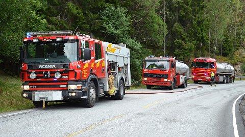 PÅ REKKE OG RAD: Brannbilene sto oppstilt langs riksvei 22 nærmest mulig brannstedet helt nord i Trøgstad kommune.