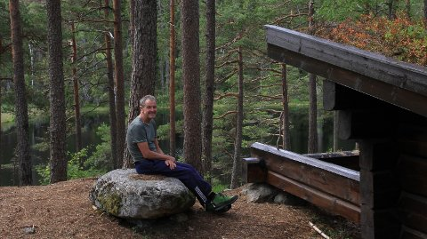 Her sitter forfatter Svein Syversen i hjertet av Fjella –              gapahuken ved Blestjern.8alle foto: Privat