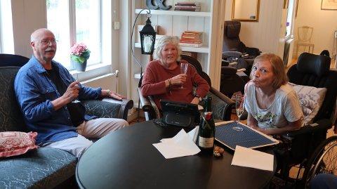Samling: Rolf Velde var nylig på et opphold ved ALS-senteret Rosenlund Park ved Løten. Der fikk han mye nyttig informasjon om sykdommen samtidig som han fikk stiftet bekjentskap med flere som har ALS. På bildet sitter han sammen med Bente fra Kragerø og Kirsti fra Løten.