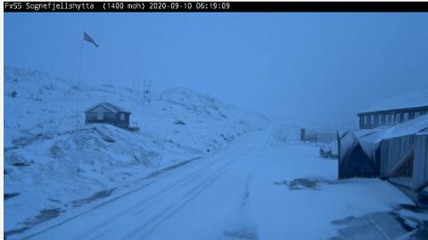 SNØ: Det er snø over Sognefjellet i morgontimane torsdag