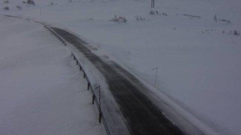 STENGT: Vikafjellet er stengt. Biletet viser korleis det stod til ved Hestavollen på rundt 900 meter klokka 09:09 torsdag morgon.