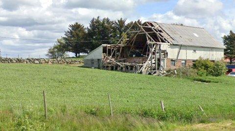 Denne driftsbygningen er i stort forfall og kommunen vil ha den revet.