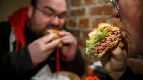 OSLO  20151027. Å spise hamburgere og andre bearbeidede kjøttprodukter og rødt kjøtt kan føre til kreft i tarmen, ifølge Verdens helseorganisasjon (WHO).  Foto: Heiko Junge / NTB scanpix