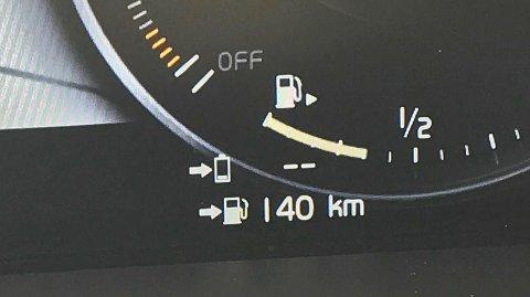 NY VISNING: Denne visningen begynner å bli svært vanlig i nyere biler. Her anslår bilen at du har 140 kilometer igjen til tanken er tom.