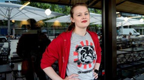 Julia Sofie Rosseland Hansen (25) og de andre i LOs sommerpatrulje får høre om slibrige kommentarer, seksuelt ladede tekstmeldinger og uønsket berøring på jobb når de besøker sommervikarer på jobb. Foto: Mimsy Møller, Dagsavisen/ANB