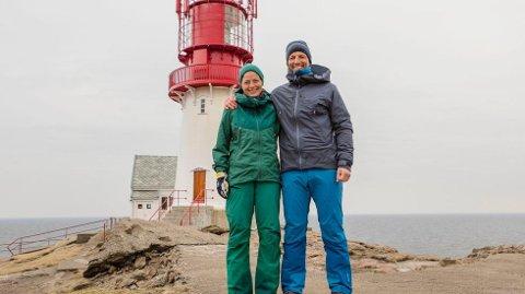 På Lindesnes: Guro Sundbø Storrusten og programleder Tom Stiansen foran Lindesnes fyr. (Foto: Matti Bernitz)