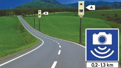 I en gjennomsnittsmåling blir det tatt bilde av bilen din både i boks A og B. Har du kjørt for fort, kommer det et gult blink fra lyset som står cirka 50 meter etter boks B. Foto: Grafikk (Statens vegvesen)