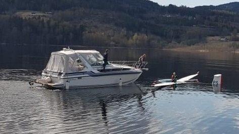 KJAPP HJELP: Ole Johan Natadal og Kristoffer N. Tveitan kom raskt til den havarerte seilflygeren til unnsetning i det kalde vannet.