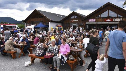 FOLKSOMT: Mange hadde tatt turen til Aure sentrum fredag.