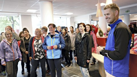 Hverdagstrener: Øyvind Kvernen var imponert over at hele 55 personer brukte lunsjen sin onsdag til å gå en tur i Kristiansund sentrum. Etter endt tur var det smoothies og salat på Servicekontoret.