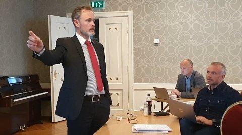 SVARER: Arne Ingebrigtsen svarer Tore Larssen i Ziko. I bakgrunnen ordfører Kjell Neergaard og assisterende rådmann Knut Mostad.