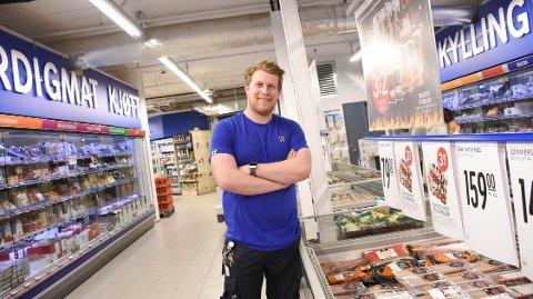 Magnus Husby, kjøpmann hos Rema 1000 Langveien i Kristiansund, kan konstatere at folk har sluttet å råhandle toalettpapir, gjær og hermetikk.