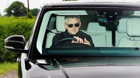 Ole Gunnar Solskjær ankom Carrington i sin Range Rover tirsdag formiddag. Da trodde han at han skulle lede Manchester United i kamp mot Stoke. Slik ble det ikke.