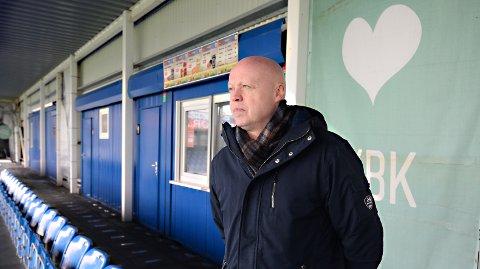 Før påske fikk Kjetil Thorsen hjerteinfarkt. Nå er han sykemelding, men føler seg heldigvis i god form. Mandag var KBKs daglige leder innom Kristiansund stadion og så spillerne trene.