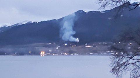 Det brant kraftig i stabburet, men brannmannskapene har fått slått ned flammene.