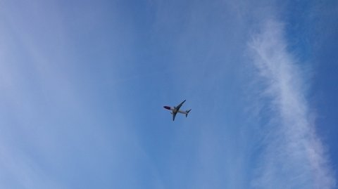 RUNDT OG RUNDT: Dette flyet fløy rundt og rundt over Torp Sandefjord lufthavn før det returnerte til Gardermoen. Bildet er tatt da flyet var over Lasken/Frydenlund i Sandefjord. Foto: Vegard Knudsen
