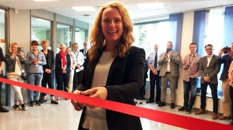 SATSER: Arbeids- og sosialminister Anniken Hauglie (H) innviet nylig et senter mot arbeidslivskriminalitet i Tønsberg. Et bevis på at regjeringen satser på dette området, mener Fredrik Tronhuus.