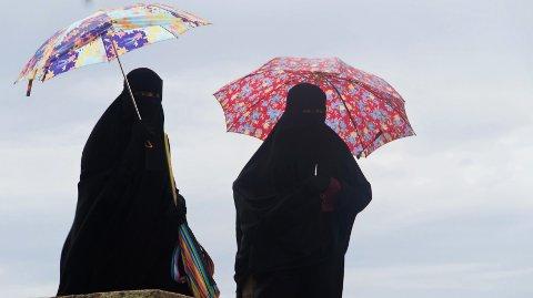 DEKKET TIL: To kvinner i nikab og burka.
