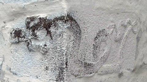 PÅ VEGGEN: Draco-relieff i Nøtterøy kirke.