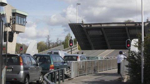 SETTER INN MAXITAXI: Du må bruke den andre brua – gangbrua – for å ta maxitaxien som Statens vegvesen setter opp for togpassasjerene.