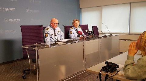 Politiet forteller under en pressekonferanse tirsdag ettermiddag at også en kvinne er pågrepet etter ambulansekapringen på Torshov i Oslo.