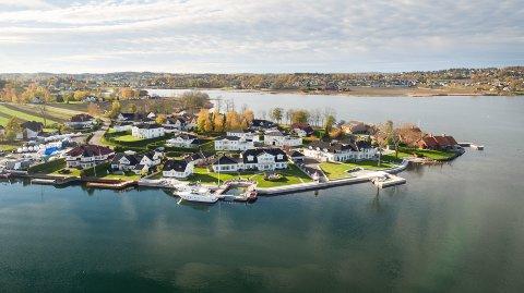 FINN: Langs og ved vannkanten ligger det store og kostbare bygg på Kalvetangen. Nå legges eiendommen midt i bildet ut på Finn, med en takst på 75 millioner kroner.