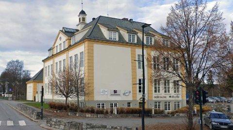 DEL AV «INDREFILETEN»: Brubakken og det tilstøtende området har blitt kalt for Raufoss' indrefilet. Næringsvirksomheten vil fortsette i det gamle skolebygget som før under de nye eierne.