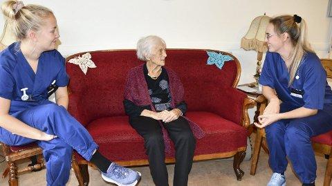 Sterk og selvstendig: Kristina Lindland kaller ikke unødig på hjelp fra hverken sykepleier Maren Engeseth Baardson (til venstre) eller Aina Nilsen. Men hun synes det er veldig hyggelig når de er på besøk. Foto: Anne Kristine Dehli