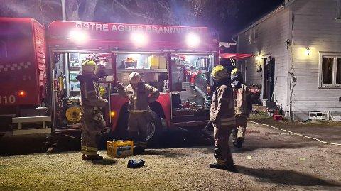 Østre Agder Brannvesen har kontroll på stedet, men blir en stund til for å lufte ut røyk.