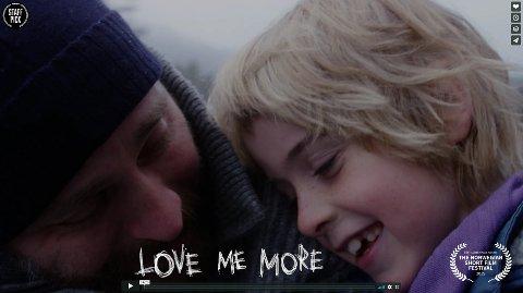 """Mammas mann: Eller """"Love me more"""" som er den engelske tittelen."""