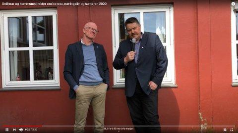 LAGET FILM: Kommunedirektør Martin Sæbu (t.v.) og ordfører Haldor Ødegård har tatt til filmen for å snakke om koronatiden.
