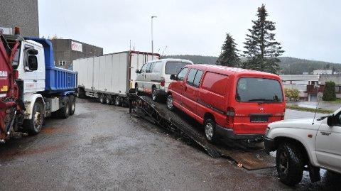 PÅVEITILVARMEN:Fra Industriveien 15 i Skytta, der bruktbiler venter på transport til Afrika.