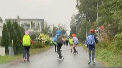 FYLLERVEIEN:Bilde fredag morgen av barn på vei fra Kruttverket til Sørli skole.