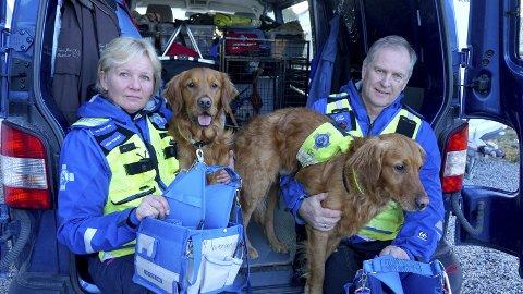 Redningspatruljen: Hege og Ronny Iversen i Norske Redningshunder ble frastjålet sambandsutstyr. Hundene Iver (t.v.) og Bror er retrievere av typen «jakt-golden». Foto: Privat