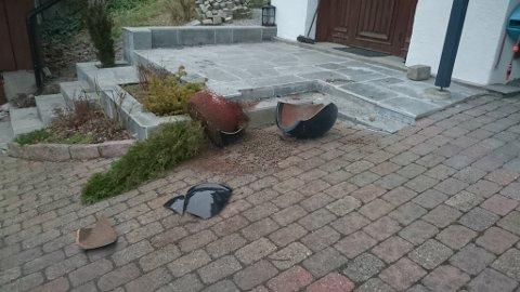 På Ullerudåsen ble det gjort hærverk natt til søndag. I tillegg til at flere søppelkasser ble tent på, ble Gunnar Hansens blomsterpotte knust.