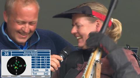 ANVISNING: Gleden over å se resultatet er tydelig. Monica Saxebøl gratuleres.