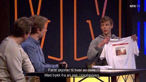 GAVMILD: Martin Beyer-Olsen og Christian Mikkelsen fikk hver sin t-skjorte med Amta artikkelen om Steinar Kloumann Hallert.