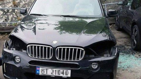 Nei, denne bilen har ikke vært i en ulykke. Her har tyver rett og slett stukket av med frontlyktene på BMW SUV-en. Disse koster mange tusen kroner per lykt. Foto: Politiet