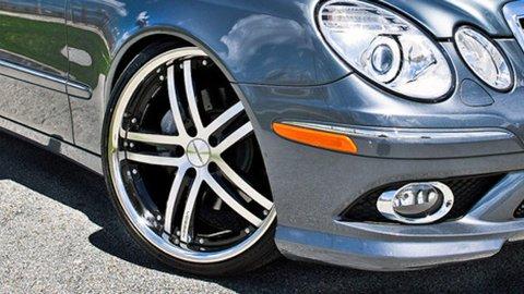 I disse får mange biler påmontert sommerhjul. Ofte med en annen dimensjon enn vinterhjulene og det kan gi utfordringer. Illustrasjonsbilde.