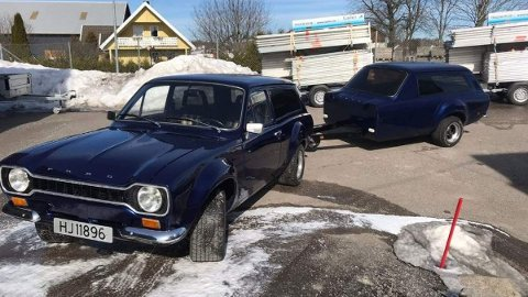 Skal du kjøre Ford Escort med henger, så kan det jo like gjerne være litt stilfult? Dette tospannet er nå til salgs i Norge. Foto: Privat