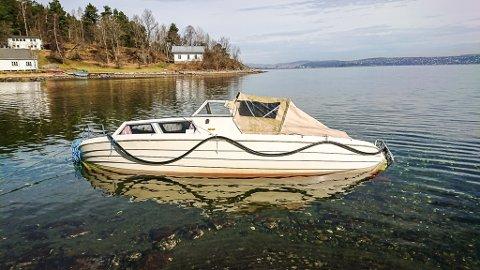 På grunn: Slik ligger båten halvt nedsunket i Kirkevika i Bunnefjorden. Foto: Privat