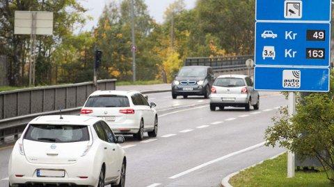 Fra neste år må elbilene begynne å betale i bomringen i Oslo. Allerede i 2020 øker beløpet. Foto: Scanpix.